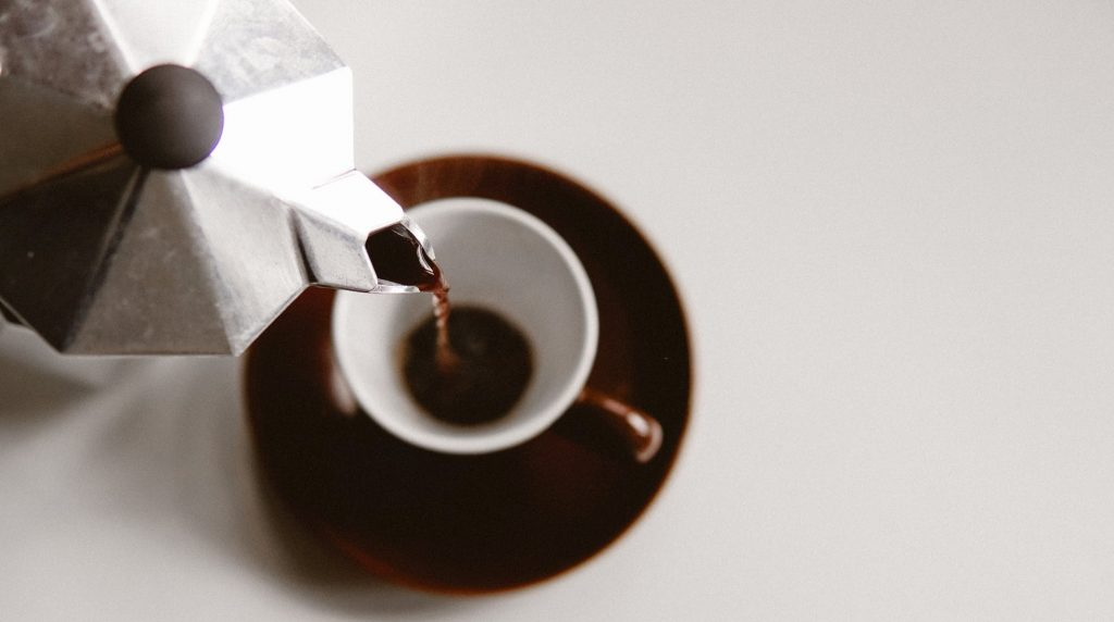 4- از قرص های مصنوعی برای تمیز کردن قهوه جوش خود استفاده کنید.